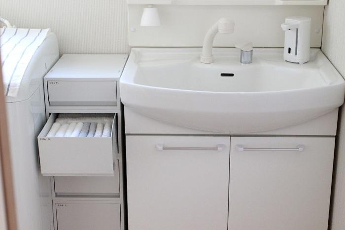 このようにケースをいくつか重ねると、デッドスペースにもぴったりの棚になります。タオルだけでなくドライヤーなどの洗面小物を入れるのもおすすめ。引き出しにラベルを貼っておくと中身が分かりやすいです。