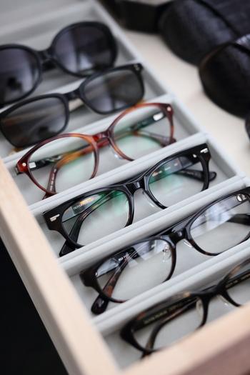 あちこちに置いてしまいがちなアクセサリーや眼鏡は、ベロア内箱仕切に収納するのがおすすめです。もともとは専用のアクリルケースに入れて使うための仕切りですが、お家の引出しにそのまま入れて使うとおしゃれ!