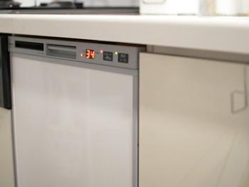 また、クエン酸は食洗機の洗浄でもパワーを発揮してくれます。月に1回程度、大さじ3杯ほどのクエン酸を洗剤投入口から入れてクリーニングモードまたは通常運転で回すだけ!定期的に行うことで、食洗機の寿命がグッと伸びるそうです。