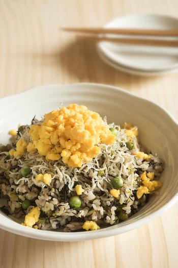 グリーンピース×ひじきという面白い組み合わせのレシピ。ちりめんじゃこや炒り卵も乗せた具だくさんレシピなので、ワンプレートメニューにも良いでしょう。ちりめんじゃこを一緒に炊かずに、後からトッピングするのがおいしさの秘密です。
