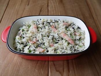 ひじきご飯は洋風でも楽しめるんですよ♪こちらのレシピでは、バターの風味やコンソメ味などが活躍。フライパンで具材やご飯を炒めながら混ぜて作ります。