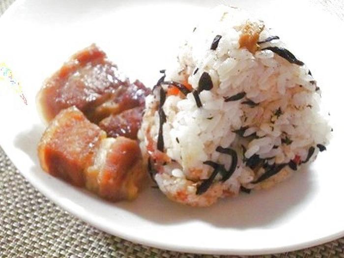 ボリュームをプラスしたいときには、ひじきの煮物に豚の角煮を合わせる方法も!ひじきの煮物を混ぜたご飯に豚の角煮を入れて、食べ応えバツグンのおにぎりを作ってみませんか。