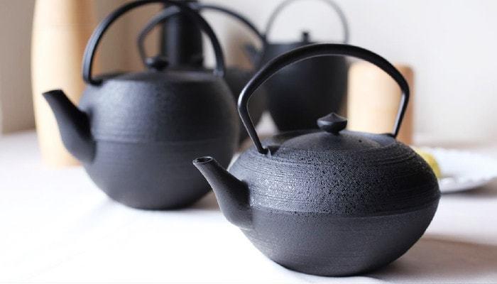 山形県の鋳物メーカー「鋳心ノ工房」のティーポットは、現代の暮らしにマッチするモダンなデザインが印象的です。スタイリッシュなフォルムとシックなカラーが、ティータイムをおしゃれに演出してくれますよ。