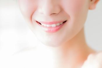 会話や笑顔など、清潔感のある口元は相手に好印象を与えます。美観や口臭対策として気になる事が多いオーラルケアですが、実は健康とも深く関わっています。