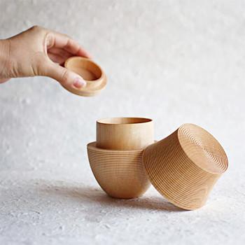 「千筋」と呼ばれる繊細な装飾が施された茶筒は、まるで美術品のような美しさ。高度な轆轤(ろくろ)挽き技術を用いて作られるため、蓋がぴったりと閉まり、密閉性に優れているのも大きな特徴です。モダンで洗練されたデザインの茶筒は、茶葉を保存する容器としてはもちろん、おしゃれなテーブルウェアとして食卓を素敵に演出してくれますよ。