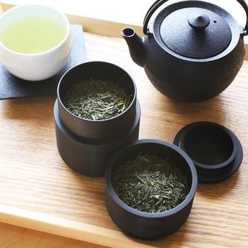 """手仕事の温かみを感じる素朴な風合いと、モダンなデザインが美しい「我戸幹男商店」の高級茶筒です。山中漆器の熟練した職人技術によって、一点一点丁寧に作られています。俳人・松尾芭蕉の俳諧理念の一つから""""Karmi(かるみ)""""と名付けられたモダンな茶筒は、グッドデザイン賞をはじめ、国内外で数多くの賞を受賞しています。"""