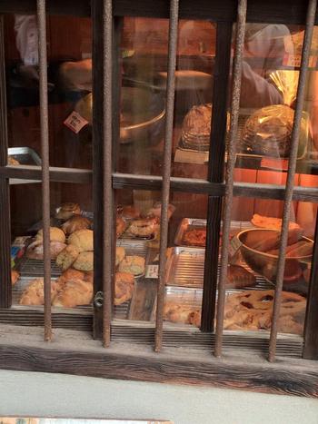 窓を覗くと、おいしそうなパンたちが所狭しと並んでいます。見ているだけでぐーっとお腹がなってきそうです。