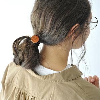 使うたびに経年変化が楽しめるレザーのヘアゴム。 シンプルなまとめ髪に さり気ないアクセントを添えてくれます。