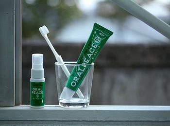 まるで輸入品のような洒落たチューブですが、日本のメーカーの歯磨き剤です。清掃助剤は「おから」と「梅」由来の成分で、飲み込んでも安全です。また、歯磨き剤としてだけではなく、ドライマウス対策の口内保湿ジェルとしても使えます。