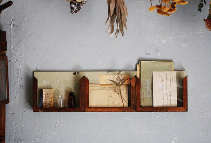 レターラックにも、飾り棚にもなる壁掛け収納。アンティークな色合いが素敵です。小瓶やドライフラワーをちょこっと飾るとおしゃれです。