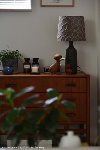 落ち着いた色合いでまとめられたディスプレイ。観葉植物を一緒に並べると、みずみずしさをプラスすることができます。