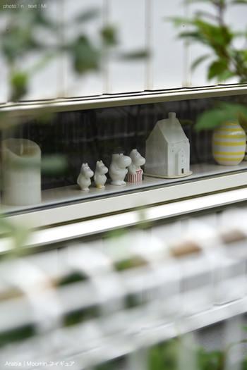 ずらっと並んだムーミンのオブジェ。小窓から外を見ているように並べると可愛いですね。