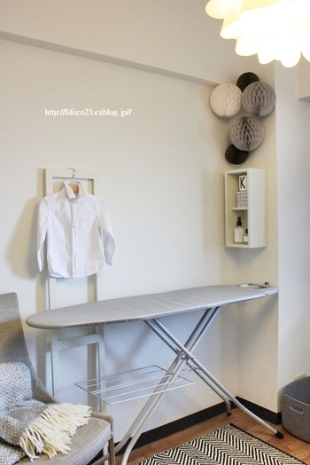 アイロンをかけるスペースに、壁につけられる棚を設置。アイロンスプレーと香水を置いています。見た目がおしゃれで家事もはかどるディスプレイです。