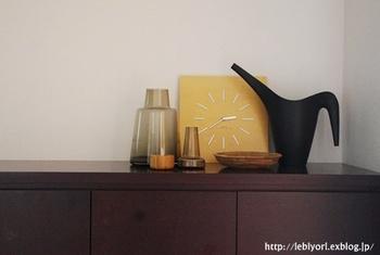玄関のシューズボックスの上のディスプレイ。ホコリがたまりやすい場所なので、飾るものはひとまとめにしてすっきりと。
