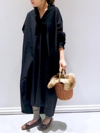 今季トレンドのレギンスを合わせて。重くなりがちな黒のワンピースも足元にライトグレーのレギンスを入れることで軽やかな印象に。バレエシューズを合わせると、より女性らしい着こなしになりますね。