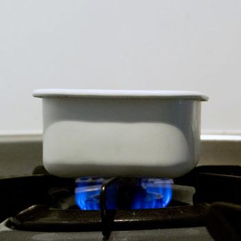 例えば、デザートで人気のプリンを作る際も、まず深めの琺瑯の容器にカラメルソースの材料を入れて、そのまま直火にかけてソースを作ります。