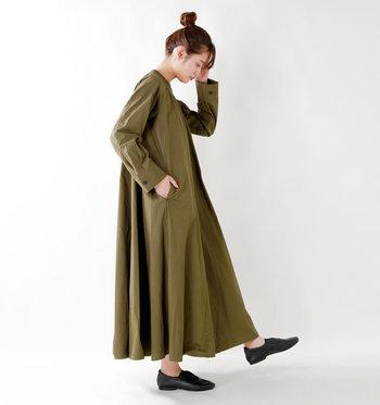 秋を感じさせるカーキのワンピース。歩くたびに揺れる裾のドレープが女性らしさを醸しだします。エレガントになりすぎないように、足首をのぞかせてぬけ感をプラスしてあげましょう。ボリュームのあるタイプなのでヘアスタイルはすっきりまとめてあげると、全身のバランスが整って◎