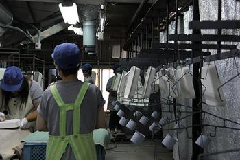 琺瑯製造は「素地」と呼ばれる鉄の本体部分の成型行程の後、ガラス質の釉薬をかけ高温で焼き上げるなど、多くの行程から作られています。