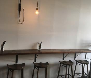 デリとワインのお店『ラフアンド』。明るく開放的な空間でのランチメニューは、パンorライスがついて、10種類程のおデリから好きなものを5種類選べ、デザートまで付いてくるんです。