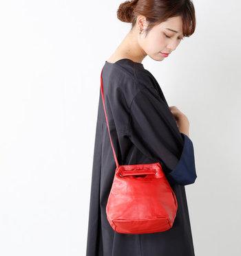 柔らかさが魅力のシープスキンのバッグはコーデにアクセントをプラスしたい時にぴったり。丸みのあるフォルムはアクセサリー感覚でコーディネートが楽しめます。