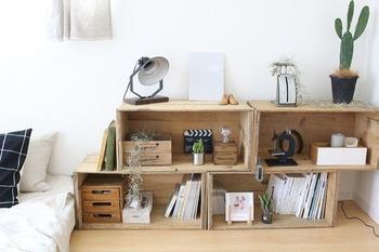 りんご箱を少しずらして置くと、変化が生まれておしゃれになります。本を置くスペースとしてはもちろん、空いたスペースにはお気に入りのものを飾って。