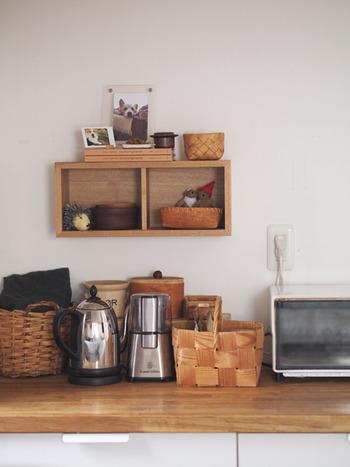 キッチンの一角をディスプレイスペースに。大切なペットの写真を飾ったり、お気に入りの小物を飾りましょう。料理中も幸せな気分になれるはずです。