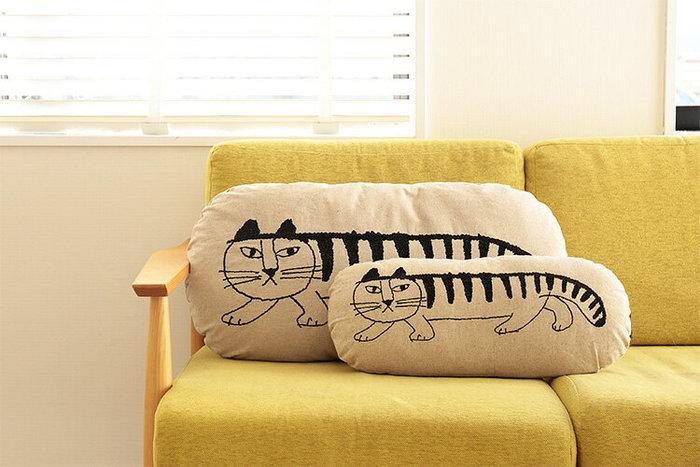 リネン素材で肌触りもばっちりの、マイキーをデザインしたクッションです。大小のサイズを二つ並べてソファに置いておくと 親子の猫がこちらを覗いているようでとってもキュートですよね♪