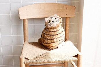 リサ・ラーソンの中でも、人気のキャラクター「ミアキャット」をモチーフにしたぬいぐるみです。小さい子どもがいるおうちならおもちゃ感覚で置いても良いですし、クッションのようにソファに置いてもキュート♪椅子の上などに置いて、まるで本物の猫がいるようなインテリアをの楽しむのも◎