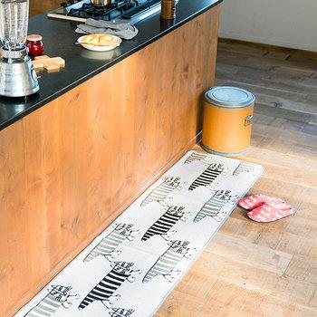 リサ・ラーソンの横長マットは、キッチンの前に置くのにぴったりなサイズ感。キッチン以外の部屋やちょっとしたスペースに敷いても、北欧の雰囲気をたっぷり感じられるインテリアを楽しめます。