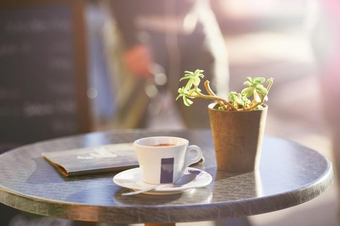 コーヒーをお供にカフェでまったり。窓際やテラス席だと外の行き交う人々をぼんやり眺められるので、ひとりでも長居しやすいですよ。