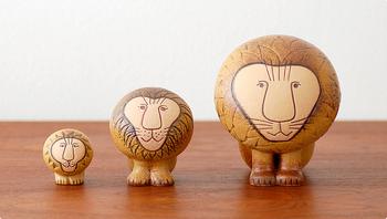 """陶芸家であるリサ・ラーソンの置物は、北欧インテリアに馴染む雑貨として、非常に人気が高いです。中でも多くの人から愛されているのが、こちらの""""Lion""""。つぶらな瞳と凛とした佇まいが、見ているだけで癒されるアイテムですね。"""