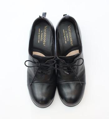 洗練された印象の黒のレースアップシューズは、ヒール付きでちょっぴり女性らしいエッセンスをプラス。裏側にゴムを施すことで、紐をほどかなくても履くことができるのが魅力の一足です。