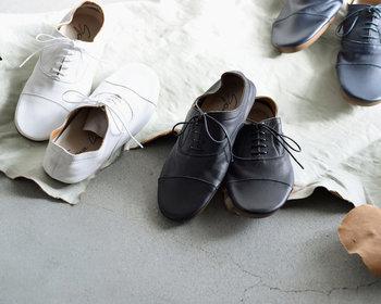 白と黒のカラー展開が嬉しいレースアップシューズは、柔らかな履き心地ながらも革の質感をしっかりアピールできるアイテム。履けば履くほどに独特な味わいが出てくるので、デイリーに使いたくなりますね。