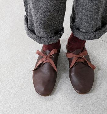 ちょっぴり幅広に作られているレースシューズなので、ゆったりリラックスして履くことができる一足です。足のサイズに寄り添うような履き心地の良さと、ちょっぴりレトロなデザインが素敵ですね。