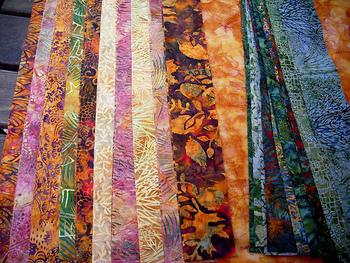 本来の製法としては、すべて手作業。熟練の職人がひとつひとつ丁寧に手描きし、染めているものなのです。  バティックは、日本でいう着物のように、インドネシアの正装・伝統衣装に欠かせないものです。頭巾、肩掛け、胸布、腰布などに用いられていますよ。