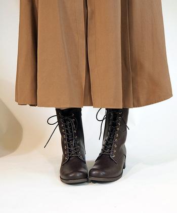 ちょっぴり長め丈のレースアップブーツは、スカートやワイドパンツのボトムスと繋げて履くと今年っぽい雰囲気に。裏起毛素材なので、冬まで大活躍してくれます。
