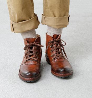 秋になるとブーツが気になるという人も増えますよね。こちらはイタリア職人の手によって作られたレースアップブーツで、使いこまれたアンティークブーツのようなグラデーションが特徴となっています。ヴィンテージ感のあるブーツは、履くだけでセンスアップできそうですね。