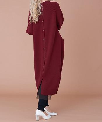 ニットワンピースの裾に、さりげなくチュールをあしらったデザインが魅力的なワンピース。背中側には縦にズラリとボタンを並べて、一枚で着てもしっかりおしゃれ見えが叶う一枚です。トレンドアイテムのレギンスと合わせるのも◎