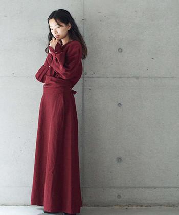 キュプラ・リネン・シルクを合わせて作られた、独特の光沢感が特徴の一枚。ウエストにぐるりと巻かれたベルトデザインが印象的で、一枚でそのままドレス感覚で着られます。