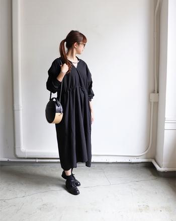 前だけでなく後ろ側も、深いVネックデザインになっているワンピースです。着るだけで女性らしい印象になり、場面を選びません。シンプルな黒ワンピなので、柄インナーを合わせて遊び心をプラスするスタイリングもおすすめ♪