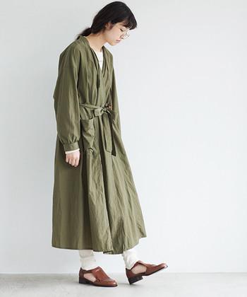 モッズコートのようにも見えるワンピースは、ミリタリーのナースをイメージして作られたという個性的なアイテムです。羽織として使うのはもちろんですが、ウエストのリボンをキュッと結べば、充分に着映えするワンピーススタイルを楽しめます。