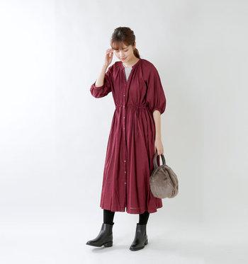 ウエストにリボンを通したギャザーワンピースは、リボンの結び具合でギャザーのシルエットを変えられるアイテム。羽織をプラスしたり、タイツを合わせたりすることで、七分袖でも冬まで着回せる一枚です。