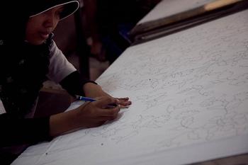 バティック作りは木綿の布地を洗浄して、滑らかにすることろから始まります。そうして整えた生地に、鉛筆で下書きを書いていきます。