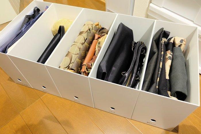 形や色がバラバラなバッグは、そのまま収納するとごちゃっとしてしまいがち。ファイルボックスを使って収納すると、コンパクトにしまえる上に中身が見えてしまうこともなくスッキリ。トートやショルダーなど種類ごとに分けるのがおすすめです。