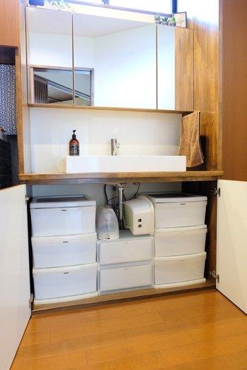 洗面台の周りに物を置くとごちゃごちゃしてしまいます。洗面台下に引き出しなどを入れて、収納力を上げるのがスッキリへ繋がる秘訣!より多くのものが入るように引き出しのサイズ感を調整しましょう。工夫すれば子供の踏み台だって入ります。