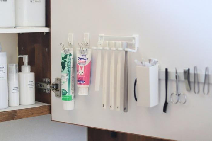 歯ブラシやグルーミンググッズは見えないようにするとスッキリした洗面台に。鏡裏に専用の吊り下げ収納を作ると、取り出しやすくしまいやすい上に、衛生的です。
