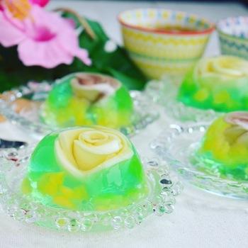 薔薇の花のモチーフと鮮やかな緑色がレトロな水ゼリーは、まるで宝石のよう。そのままアクセサリーにしたくなるような可愛さです。懐かしさ感じるガラスのデザート皿に盛り付けて。