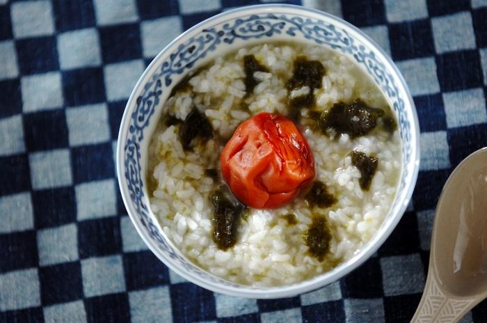 冷やご飯を煮てお粥にし、梅干しと焼き海苔を加えただけのシンプルな朝ご飯は、時間の無い朝にもおすすめ。梅干しのしょっぱさの正体「クエン酸」で、身体も目覚めていきます。