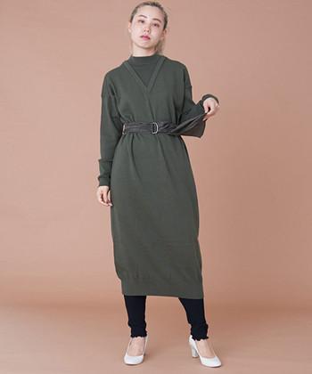 インナーをレイヤードしているかのように見える深緑のワンピースは、着るだけでコーデが完成する優秀アイテム。ウエストに付属したサッシュベルトも、さりげなくペイズリー柄になっていたりと細部までこだわって作られています。ベルトを付けなければ、ストンとしたストレートシルエットのワンピーススタイルを楽しむこともできますよ。