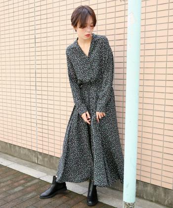 女性らしい開襟デザインが印象的なワンピースは、黒ベースの花柄デザイン。大人っぽくまとめつつも、さりげない花柄で女性らしさをしっかりアピールできる一枚です。